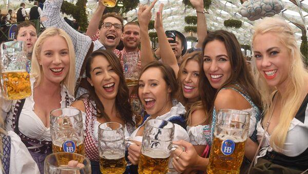 Гости пьют первые кружки пива на открытии фестиваля Октоберфест в Мюнхене