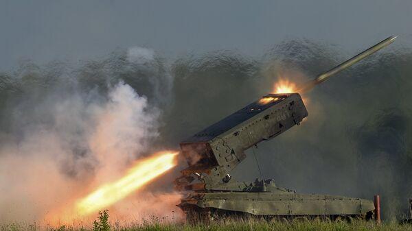 Пуск ракеты тяжелой огнеметной системой залпового огня ТОС-1А Солнцепек