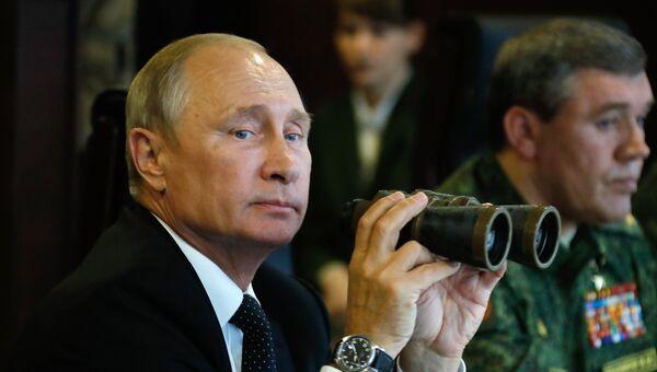 Владимир Путин во время инспекции учений Запад-2017. Архивное фото