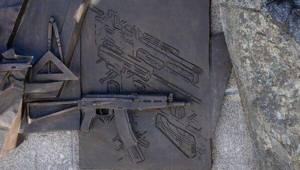 Фрагмент памятника оружейнику Михаилу Калашникову в Москве