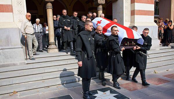 Вынос гроба с телом после церемонии прощания с оперным певцом Зурабом Соткилавой