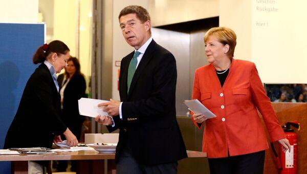 Ангела Меркель и её муж химик Иоахим Зауэр на избирательном участке в Берлине. 24 сентября 2017