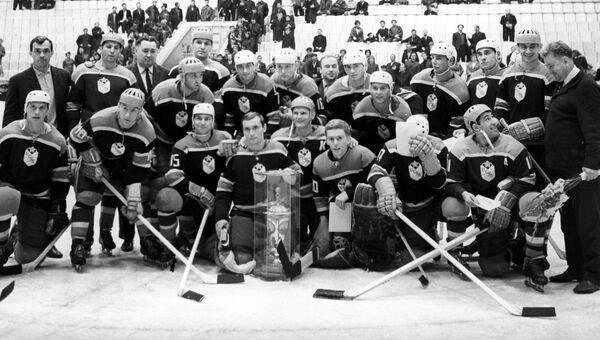 Виктор Толмачев (четвертый слева в нижнем ряду). Архивное фото