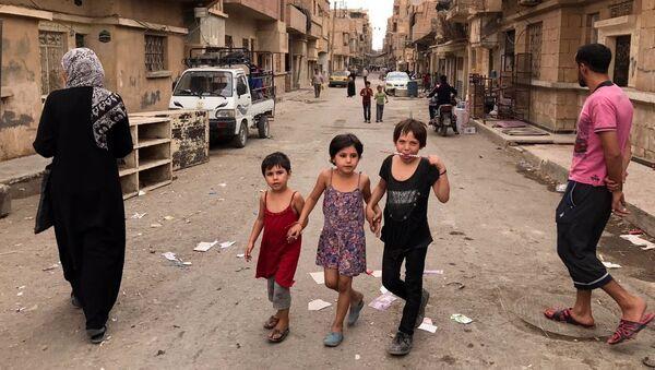 Жители Дейр-эз-Зоре на одной из улиц города. Архивное фото