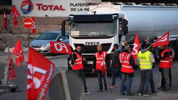 Водители грузовиков, выступающие против трудовой реформы, блокируют НПЗ компании Total под Марселем, Франция. 25 сентября 2017