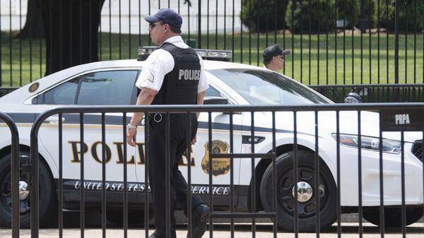 Сотрудники правоохранительных органов США у здания Белого дома в Вашингтоне. Архивное фото
