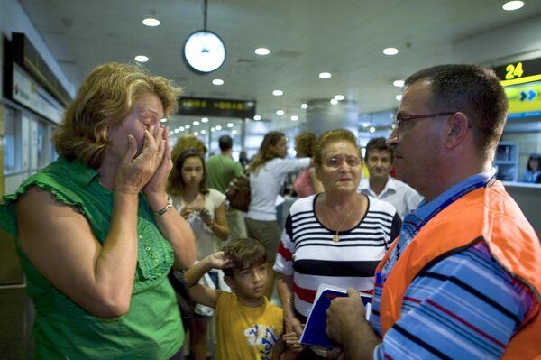 Родственники погибших в результате авиакатастрофы в аэропорту Мадрида