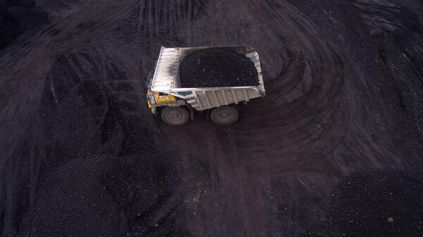 Карьерный самосвал с углем