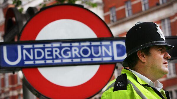 Полицейский у входа на станцию метро в Лондоне