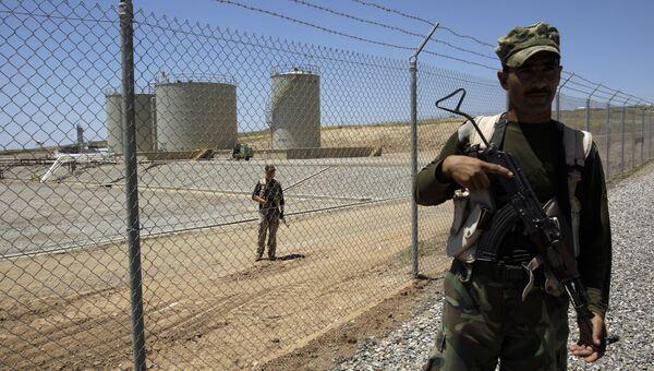 Сотрудники военизированной охраны возле нефтеперерабатывающего предприятия в Иракском Курдистане. Архивное фото