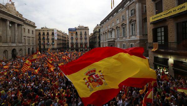 Люди во время демонстрации, выступающие против референдума о независимости Каталонии, Барселона. 30 сентября 2017