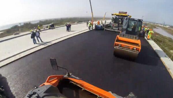 Строители уложили верхний слой асфальта на участке Крымского моста