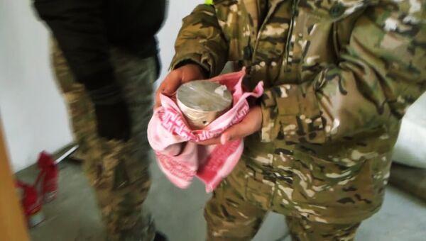 Сотрудник ФСБ России держит предположительно взрывчатое вещество, изъятое в ходе задержания членов бандгруппы, планировавших покушение на общественного деятеля и религиозного проповедника Республики Ингушетия. 2 октября 2017