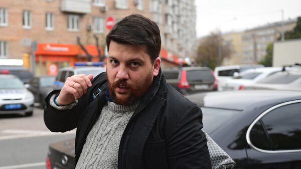 Глава предвыборного штаба Алексея Навального Леонид Волков отвечает на вопросы журналистов у здания Симоновского суда Москвы. 2 октября 2017
