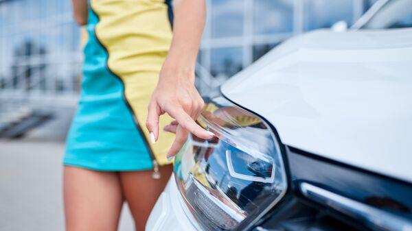 Девушка выбирает новый автомобиль