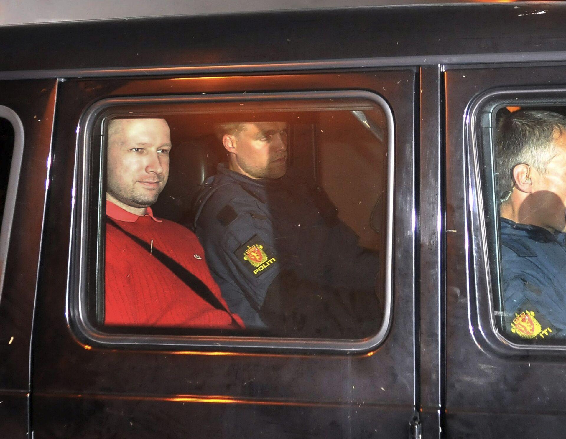 Подозреваемый в организации двойного теракта в Норвегии Андерс Брейвик покидает здание суда в Осло. 25 июля 2011 - РИА Новости, 1920, 18.09.2020