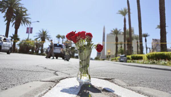 Цветы на границе полицейского оцепления на месте стрельбы на музыкальном фестивале в Лас-Вегасе, США. 3 октября 2017
