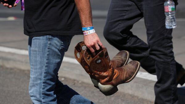 Посетитель с браслетом музыкального фестиваля Route 91 Harvest на месте стрельбы на музыкальном фестивале в Лас-Вегасе, США. 3 октября 2017