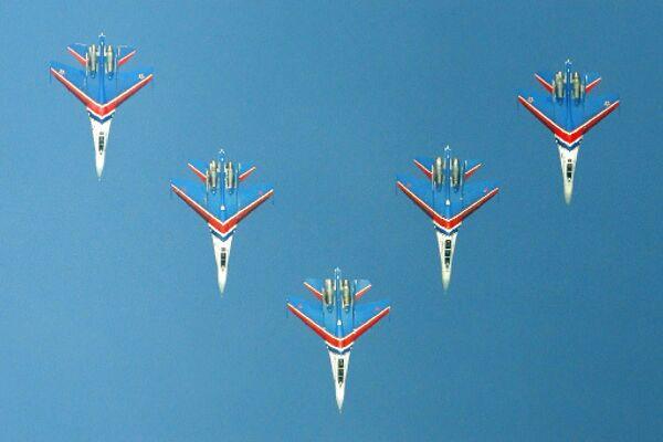 Пилотажная группа Русские Витязи на самолетах Су-27. Тренировочные полеты пилотажных групп ВВС, посвященные Дню Военно-воздушных сил.