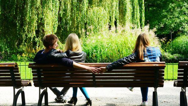 Мужчина с двумя девушками
