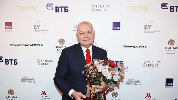 Генеральный директор МИА Россия сегодня Дмитрий Киселев, получивший премию в номинации Информационно-аналитическая итоговая программа за программу Вести недели на телеканале Россия, после церемонии награждения ТЭФИ - 2017
