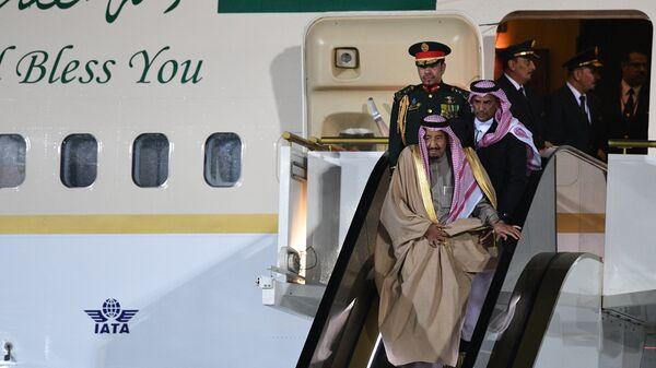 Король Саудовской Аравии Сальман Бен Абдель Азиз Аль Сауд, прибывший в РФ с государственным визитом, во время официальной встречи в аэропорту Внуково-2. 4 октября 2017