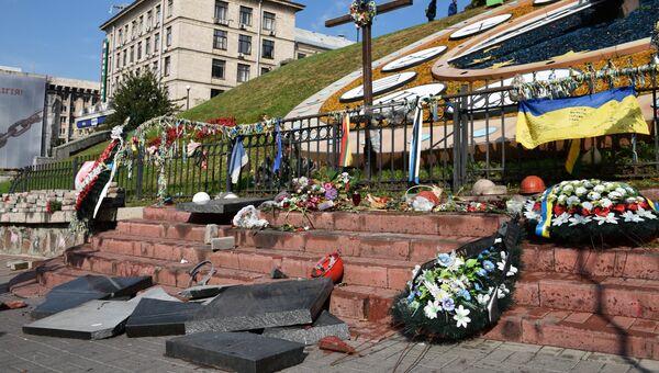 Разбитые памятные плиты героям Небесной сотни в центре Киева. 5 октября 2017