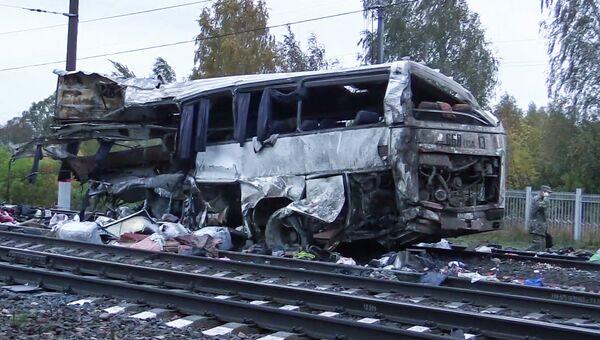 Фрагмент пассажирского автобуса, столкнувшегося c поездом на железнодорожном переезде во Владимирской области. 6 октября 2017