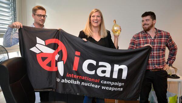Даниэль Хогстан, Беатрис Фин и ее супруг после присуждения Нобелевской премии мира Международной кампании за ликвидацию ядерного оружия. Архивное фото