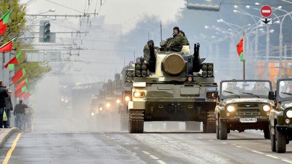 Зенитный ракетно-пушечный комплекс Тунгуска проходит по улицам Минска во время репетиции парада в честь 70-летия Победы в Великой Отечественной войне