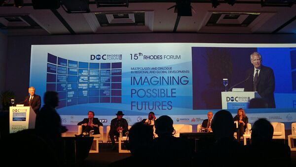 Бывший премьер-министр Франции Доминик де Вильпен выступает 15-м Родосском форуме «Диалог цивилизаций»