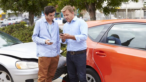 Водители договариваются во время аварии