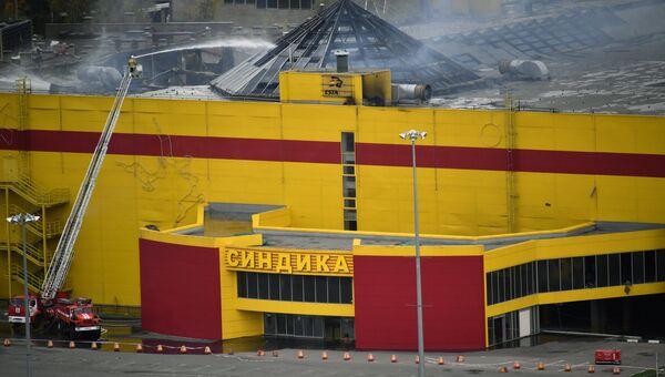 Пожарные ликвидируют последствия пожара на строительном рынке Синдика, расположенном у МКАД в районе Строгино. 9 октября 2017