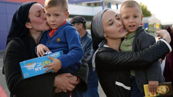 Жительницы Чечни с детьми, возвращенными из Ирака. Архивное фото