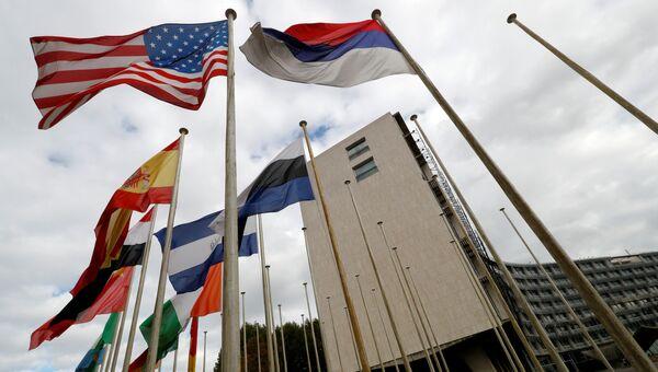 Американский флаг у здания штаб-квартиры ЮНЕСКО в Париже