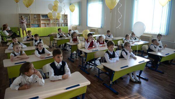 Школьники во время уроков в средней общеобразовательной школе