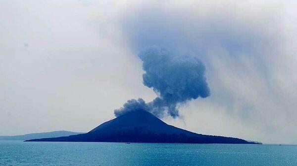 Вулкан Анак-Кракатау. Архивное фото