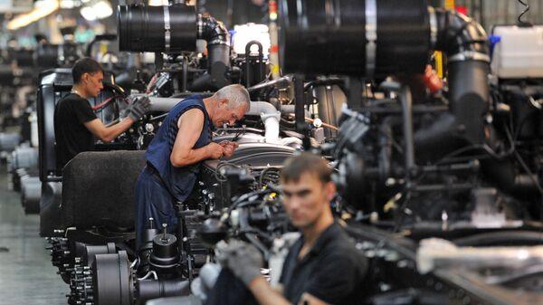 Рабочие в цехе сборки кузовов и шасси на автомобильном заводе КАМАЗ