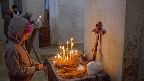 Девочка в храме Покрова на Нерли
