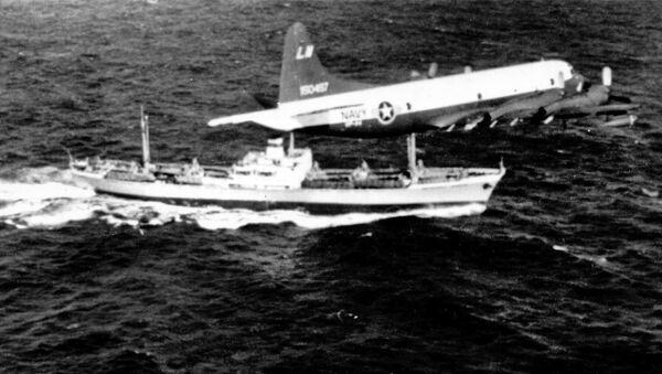 Самолет ВМС США Lockheed P-3A-20-LO Orion пролетает над советским судном Металлург Аносов в период Карибского кризис. 9 ноября 1962 года