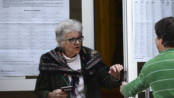 Жительницы Вены у входа на избирательный участок в день парламентских выборов в Австрии. 15 октября 2017