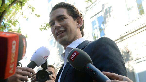 Лидер Австрийской народной партии, министр иностранных дел Австрии Себастьян Курц перед голосованием на одном из избирательных участков в Вене на парламентских выборах в Австрии. 15 октября 2017