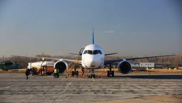 Самолет МС-21 в аэропорту Иркутск перед первым перелетом в Жуковский