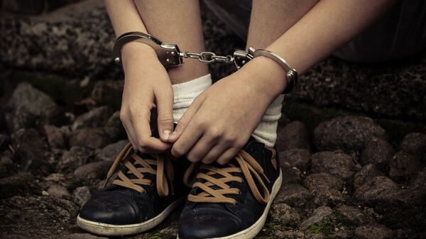 Подросток в наручниках