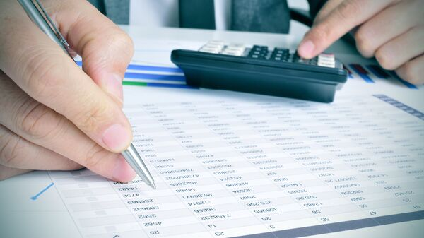 Бизнесмен проверяет счета