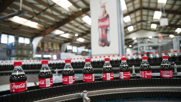 Производство напитка Coca-Cola. Архивное фото