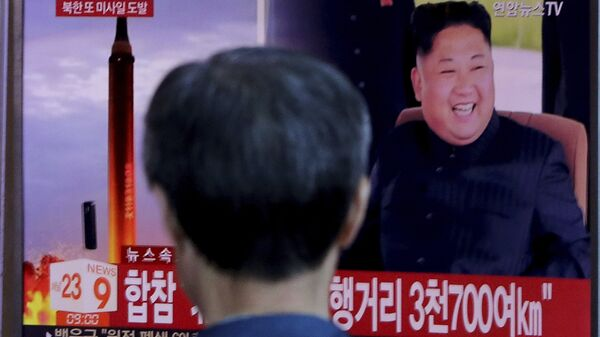 Трансляция новостей о новом пуске северокорейской ракеты. Архивное фото