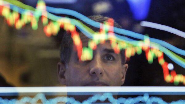 Финансовый специалист фондовой биржи во время работы. Архивное фото
