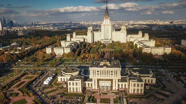 Фундаментальная библиотека и главное здание МГУ в Москве