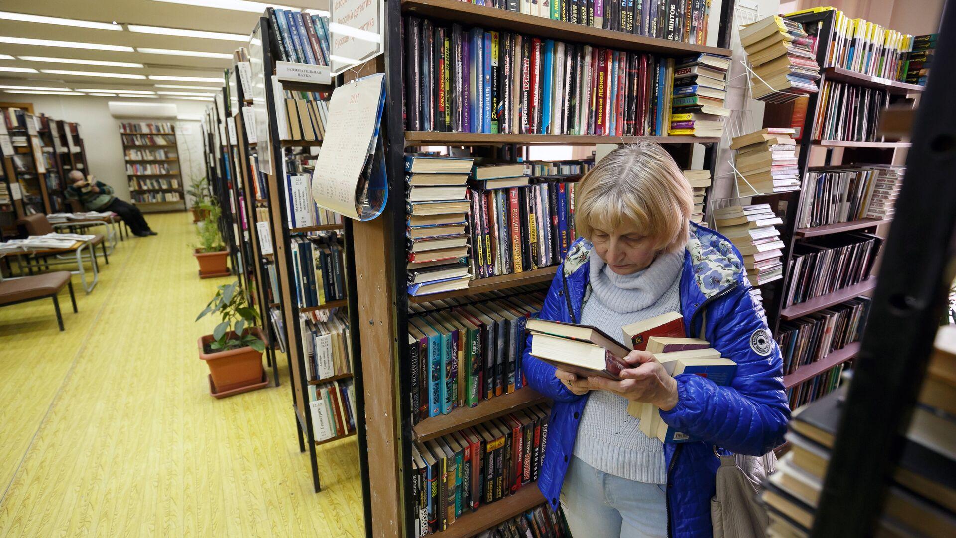 Посетительница в Волгоградской библиотеке - РИА Новости, 1920, 30.08.2021